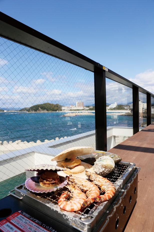 潮風の中で食べるシーフードはまた格別の味!テラスの利用料は1人¥500(120分)。