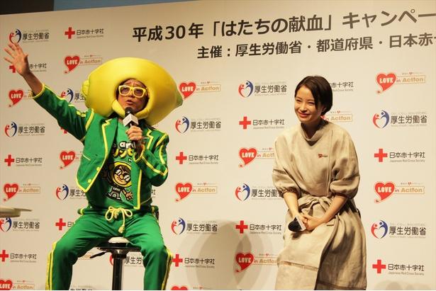 【写真を見る】山本シュウの「親戚のおばちゃん」トークに笑みを浮かべる広瀬すず