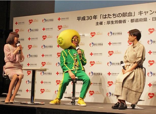 (写真左から)小林麻耶、山本シュウ、広瀬すずによるトークセッションの様子