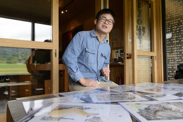 色鉛筆で北国の生き物を生き生きと描く川崎さん