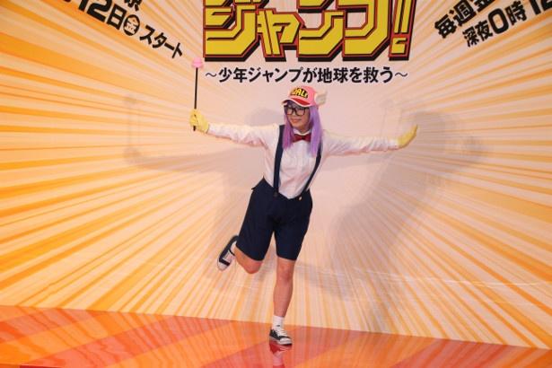 佐藤仁美はノリノリでアラレちゃんポーズを決める