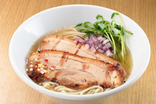 【写真を見る】「らーめん奏」✕「らぁ麺 飛鶏」の「名古屋コーチンとホタテの芳醇塩らぁめん」