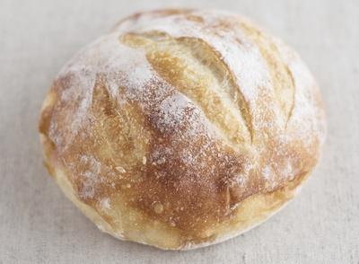 【写真を見る】看板商品の「ブール」(453円)は、水分比率がほかのパンと比べ圧倒的に高いため、かなりの技術を必要とされる難しいパン。そのしっとりした食感におどろくはず!