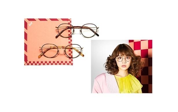 【写真を見る】村田倫子モデルのサングラスは、細めのメタルフレームでスタイリッシュな印象を引き出すデザイン