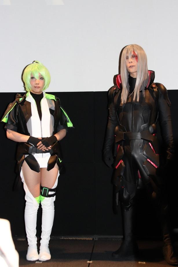 コスプレーヤーのこよみとKANAME(写真左から)もキャラクターになりきり登場