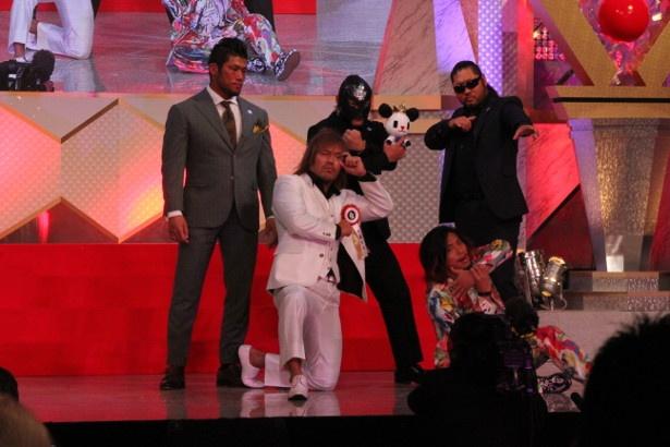 ワールドプロレスリング賞を受賞した内藤哲也選手(中央)と「ロス・インゴベルナブレス・デ・ハポン(LIJ)」のメンバー