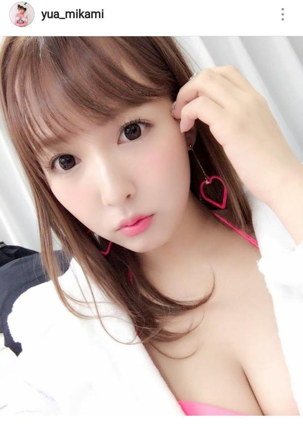 【写真を見る】大人気セクシー女優・三上悠亜の胸元あらわなSexyオフショット