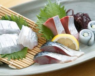 「舞」コース(2700円※ネタは日替り)に入る海鮮3〜4種の刺し身。写真左からタチウオ、生サバ、ブリ、ヤリイカ