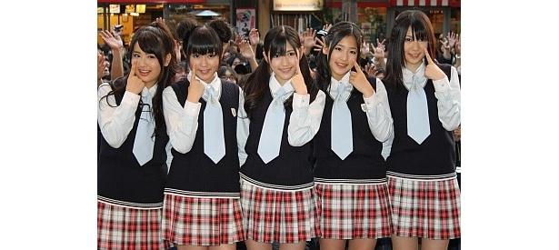 新メンバー加入!左から平嶋夏海、多田愛佳、渡辺麻友、仲川遥香と新メンバーの菊地あやか