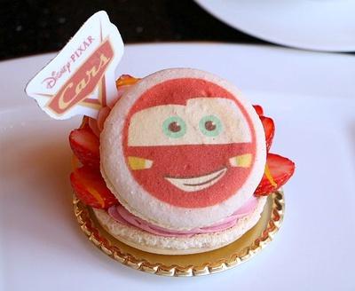 砂糖菓子には、キュートなキャラクターの顔をプリント