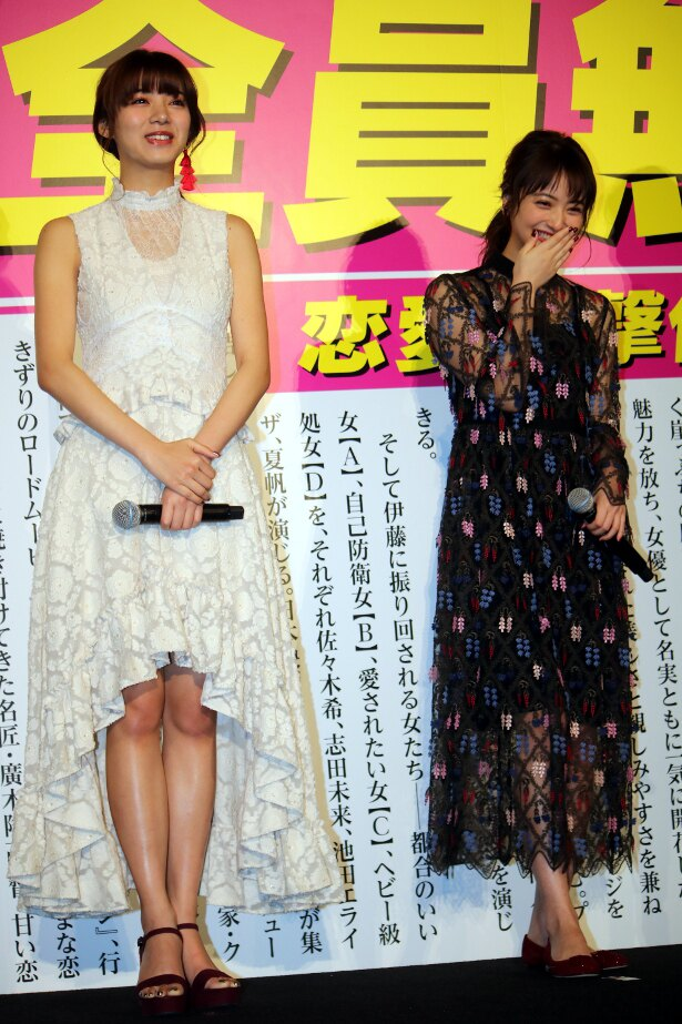 【写真を見る】池田エライザ、佐々木希のドレス姿の全身ショット