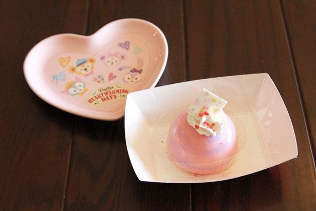 見た目もキュートなムースケーキの中には、甘酸っぱいベリーゼリーが。「ストロベリーチーズムースケーキ、スーベニアプレート付き」(880円)