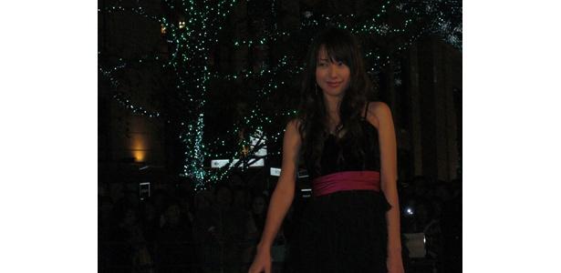 ファンに視線を送る戸田恵梨香