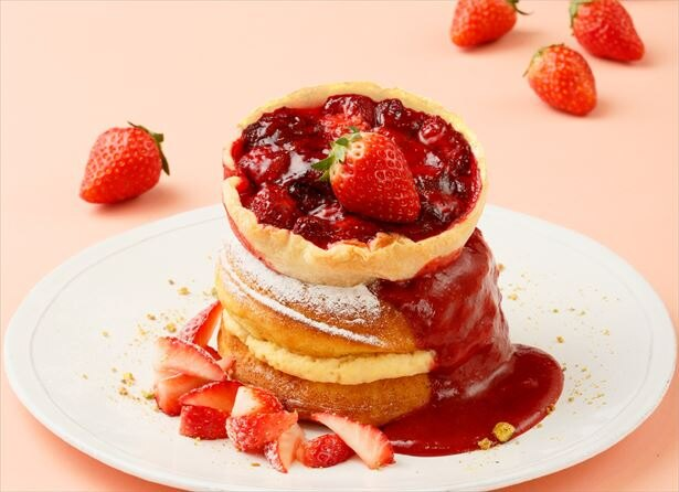 カフェ&ブックス ビブリオテークにて、1月15日(月)より、「THE Strawberry(ザ・ストロベリー)」を開催!写真は「ストロベリーパイのパンケーキ 濃厚なイチゴソース添え」(税抜1700円)
