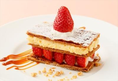 【写真を見る】「ストロベリーミルフィーユ」(税抜820円)など、イチゴを使ったデザートやメニューが楽しめる