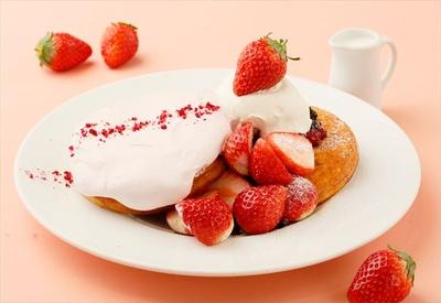 1月15日(月)から1月31日(水)までの期間限定!「あまおうとふわっとストロベリームースのパンケーキ」(税抜1900円)