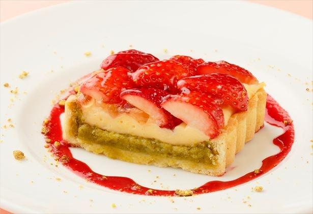 ピスタチオのメレンゲ菓子と旬のイチゴをたっぷりと使用した「ストロベリーとピスタチオのダコワーズタルト」(税抜880円)