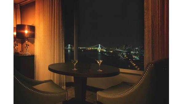 【写真を見る】東京湾岸の風景を独り占めできるペアシートでロマンチックなひと時を