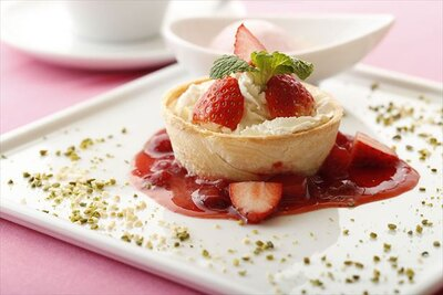 11階 デセールカフェ&レストラン「TOSHI STYLE」の「国産いちごのキッシュショートケーキ アイス添え」(1598円)
