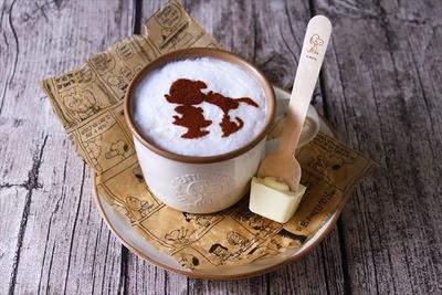 【写真を見る】ホワイトモカショコラショーのふわふわフォームミルクには、スヌーピーとルーシーのシルエットが!