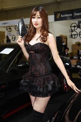 衣装のデザインは、展示中の車両とマッチしている