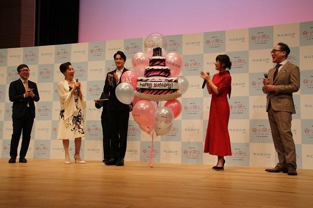 会場全体でバースデイソングを歌い、カイ(EXO)の誕生日をお祝い! バルーンケーキのプレゼントも!
