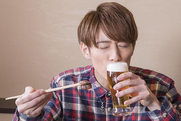 焼肉とビールを堪能する向山。至福の表情がカワイイ♡