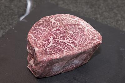 近江牛の名牧場として知られる澤井牧場の肉など、近江牛の中でも良質な肉を厳選