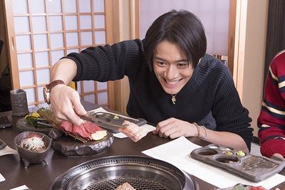 慎重に肉を焼いていく山口。最高の焼き加減にするために集中!
