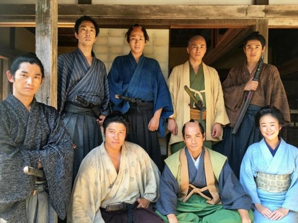 【写真を見る】鈴木亮平は「これが『チーム大人西郷どん」じゃあ!」とアピール