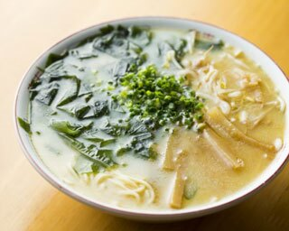 「ラーメン」(550円)。しっかりと乳化させた豚骨スープ。ゴマ油の風味も効いている