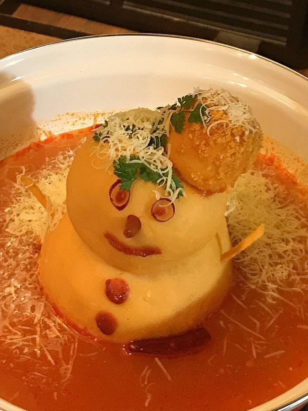 真っ赤なスープの中に雪だるまが浮かぶ鍋「カラムーチョチーズ鍋」