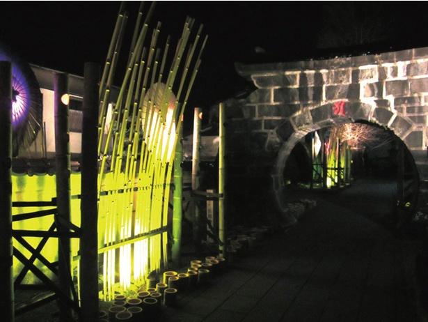 縁結びのパワースポットである金剛乗寺石門が闇夜に浮かぶ