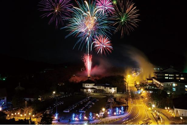 雲仙地獄名物の噴煙と花火のコラボは、多くの観光客を圧倒する