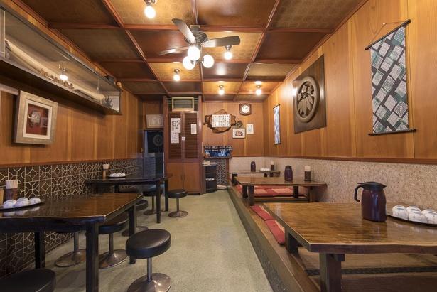 店内はテーブル席と座敷席がおよそ半分ずつというシンプルな空間