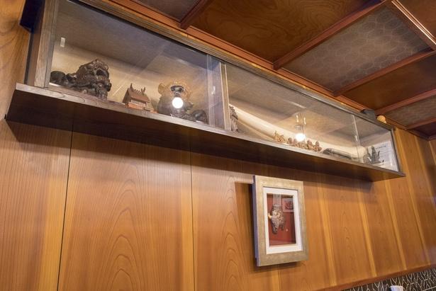 店に飾ってある骨董品は、良浩さんの父が趣味で集めたものや客から譲り受けたものなど