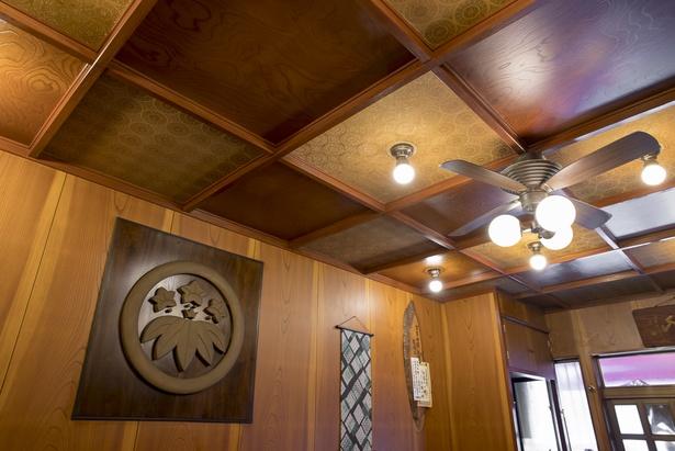 店内に飾られた笹竜胆は坪内家の家紋。木材はすべてケヤキらしく客から褒められることが多いという