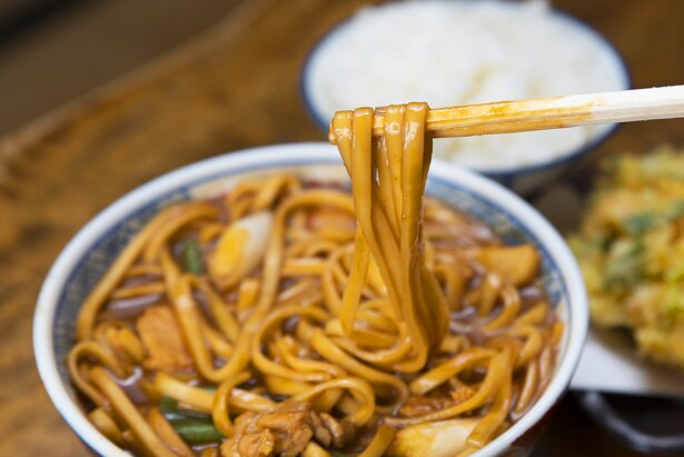 乾麺の状態から10分以上煮込んで完成するうどん。味噌の味がしっかりと染み込んでいる