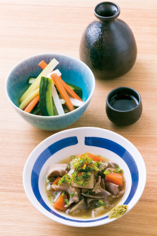 小腸を使う「もつ煮込み」(600円)と「野菜4種の浅漬け」(400円)