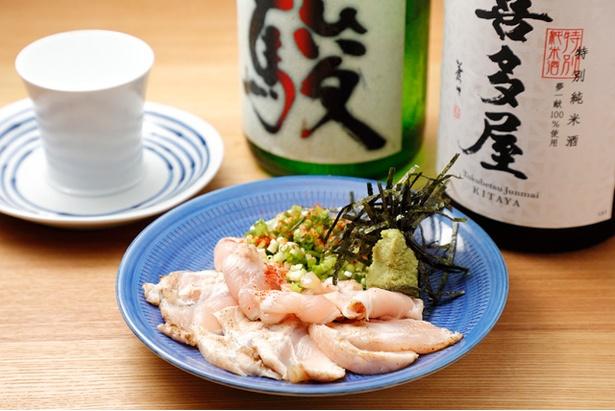 【写真を見る】レアの食感とワサビの香りが日本酒とマッチ!「鶏わさ」(450円)