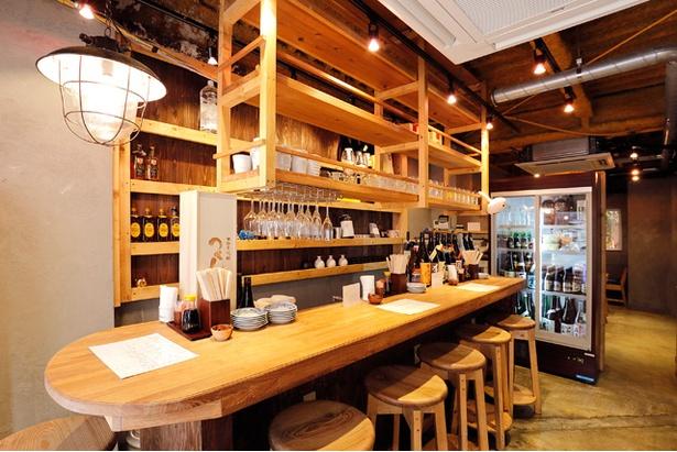 さながら和製バーといった雰囲気を醸すカウンター