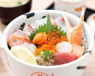 「日の出スペシャル丼」(1700円)。味噌汁と小鉢、玉子焼き、茶碗蒸しから1つをチョイス