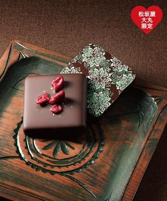 生チョコにさらにチョコレートをコーティングした、「マニフィーク」(8枚入り、1728円)