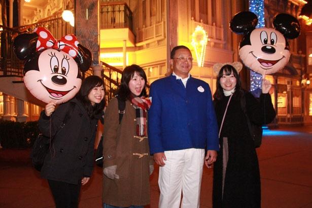 カストーディアルキャストのコスチュームを着た上西京一郎社長と、記念撮影をするキャスト