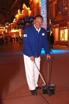 カストーディアルキャストに扮し、清掃を行う上西社長