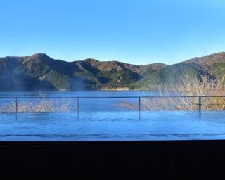 湖と山と空。すべてを独り占めしてくつろげる、絶景インフィニティ