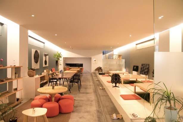 ソファー席や掘りごたつ式席もある空間/Café DOnG by Sfera