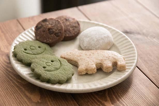 「チョコクッキー」(270円・7枚)、「Snow Ball」(160円・2個)、「メープルクッキー」(300円・6個)/72Kitchen