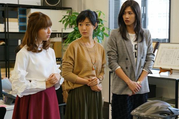 同僚の女性と並ぶシーンでも、堂々としているみき