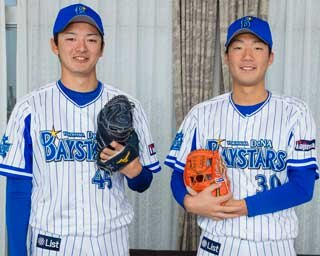 飯塚悟史投手(右)と綾部翔投手